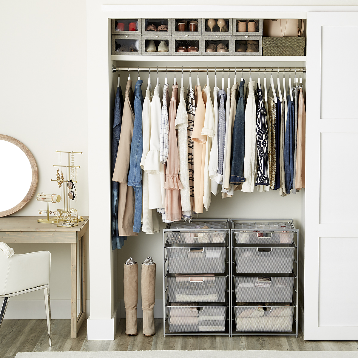 Ordinaire Womenu0027s Small Closet With Drawers ...